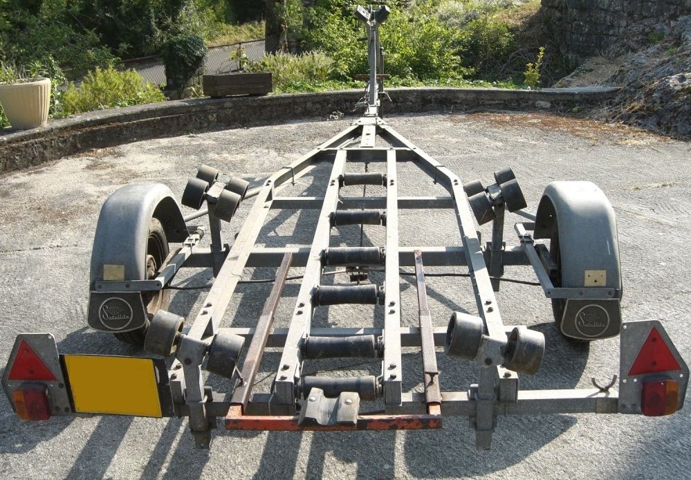 remorque satellite pour bateaux de 4 6 m tres. Black Bedroom Furniture Sets. Home Design Ideas
